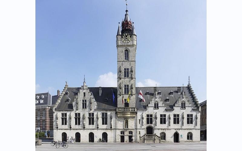 Stadhuis met Belfort (Lakenhalle)