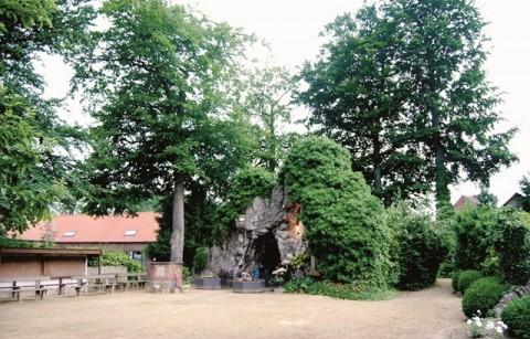 Pastorietuin met Lourdesgrot en Mariapark